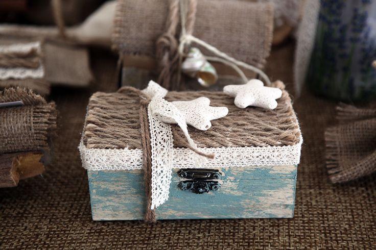 Ξύλινο κουτάκι βαμμένο αντικέ διακοσμημένο με οικολογικό κορδόνι, τρέσα δαντέλας και δύο αστερίές.