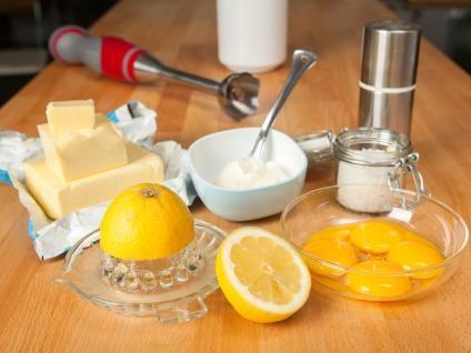 Mit diesem genialen Rezept für eine super einfache und super leckere Sauce Hollandaise werdet ihr eure Gäste beim Spargelessen begeistern!