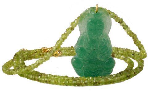 Halskæde med to strenge peridot samt et buddha-vedhæng i grøn jade.