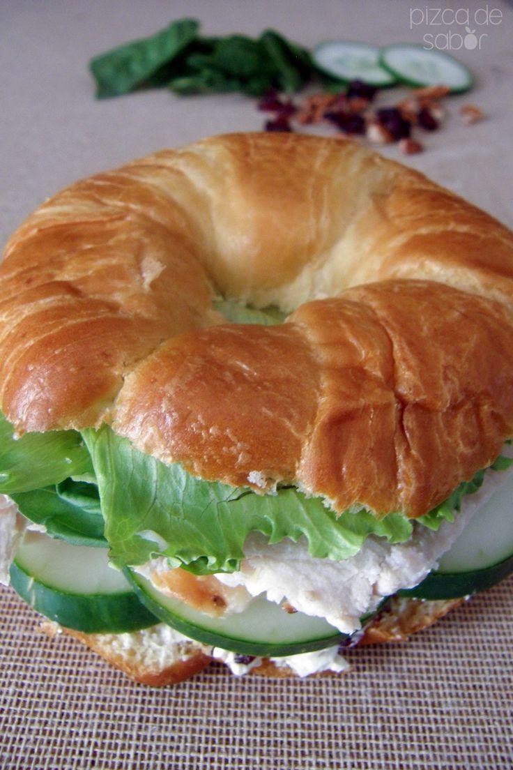 Cuernito de pechuga de pavo, pepino, queso crema con nuez y arándanos