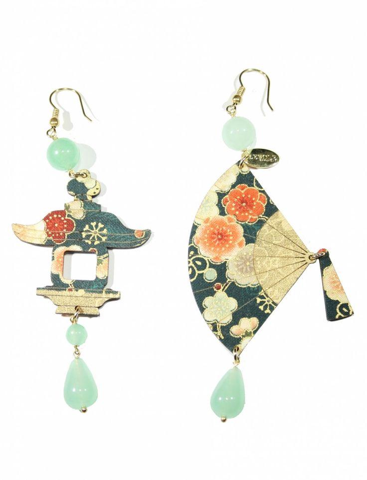 Orecchini realizzati con antiche sete di kimono giapponesi stese con un procedimento particolare su un 'anima di legno leggerissima. Le pietre che arricchiscono...