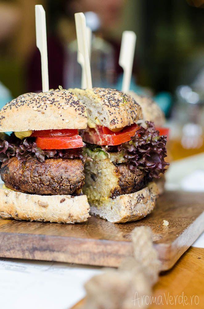 Acasă la restaurant Simbio poți mânca un prânz vegetarian sau vegan, poți opta pentru cinele speciale și poți savura sucuri fresh din fructe și legume. Ask!