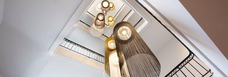 'Oceanía' es un proyecto de Fambuena situado en Nantes, Francia, donde las 'Swings' visten el espacio central de la escalera de la manera más elegante.   Las Swings, diseñadas por Nicola Nerboni, compuestas por hilos de tejido de algodón cuelgan desde el techo aportando un ambiente de glamour en el hotel y  creando imprevisibles juegos de luces y sombras.