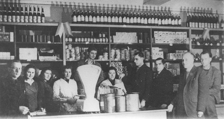 Wnętrze i załoga pierwszego sklepu PSS w Sławnie