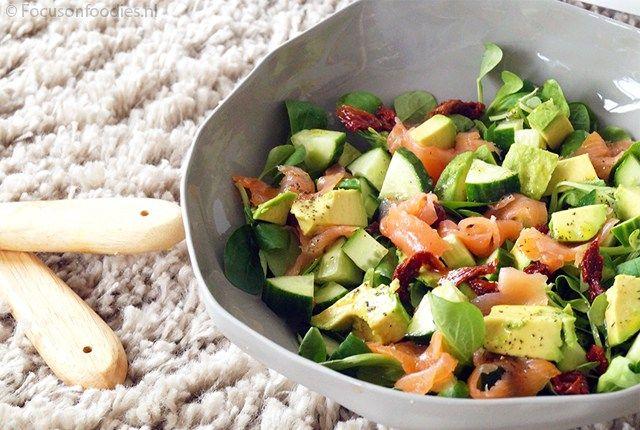 NEUTRAAL. Frisse salade met avocado, gerookte zalm en komkommer. Dit recept is volledig te gebruiken.
