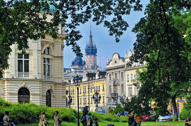 Widok od strony Plan na ul. Szpitalną. W żółtych kamienicach mieści się historyczny Hotel Pollera z 1834 r., w tle wieże Bazyliki Mariackiej, z lewej fragment Teatru im. Słowackiego.