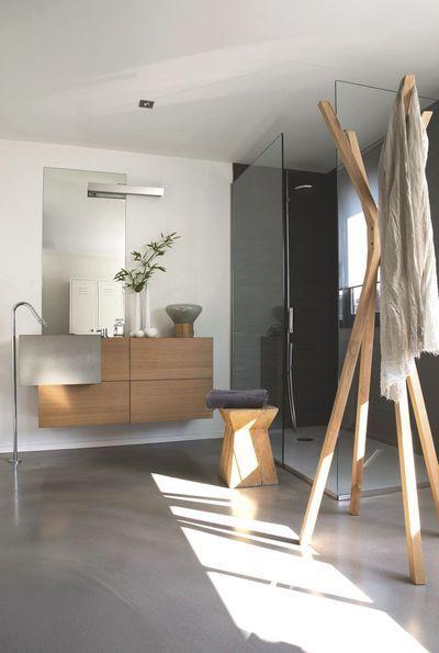 Une douche à l'italienne dans une salle de bain zen
