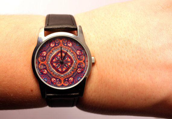 Het is handgemaakt horloge met ongebruikelijke ontwerp horloge gezicht (antieke gravure). Horloge gezicht handgemaakt door mij. Movement: Quartz (werkt met batterij). Nieuwe lederen band.  Horloge gezicht diameter: 3, 1cm/1,2 inch  Ik geef één jaar garantie van gebruiksklaar. Het heeft hoge kwaliteit Japan beweging (Miyota) en nieuwe Japan batterij (Sony). Het heeft metalen behuizing en metalen beweging, glas horloge kristal.  Verzending naar Verenigde Staten duurt meestal 8-14 dagen. Eu...
