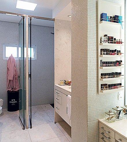 Banheiro do casal   Com cubas individuais, o ambiente tem piso de mármore branco piguês e parte das paredes revestida com pastilhas de vidro...