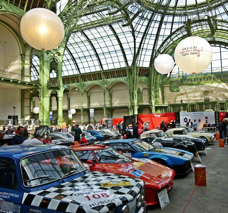 De nombreuses voitures de collection.