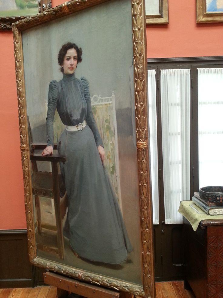 """""""Clotilde con il vestito grigio"""" è uno dei numerosi ritratti che Sorolla fece a sua moglie. Ne sono presenti molti nel museo e questo è senza dubbio uno dei più significativi. Spicca l'eleganza di Clotilde che in quest'opera aveva 35 anni."""