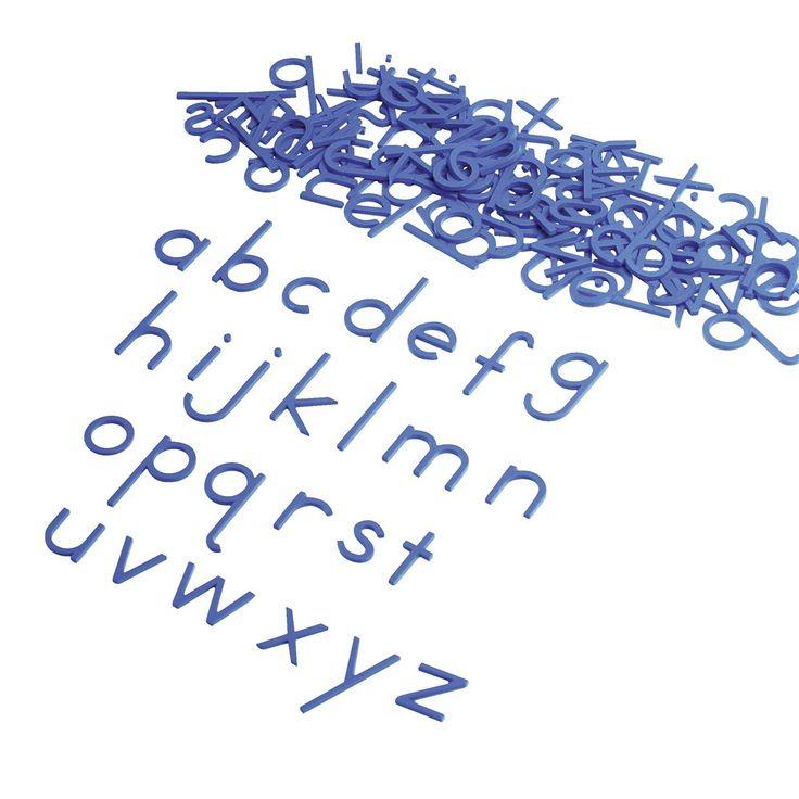 Cet alphabet mobile Montessori permet de composer des mots. Ce faisant, le point focal est l'analyse du son, c'est à dire comprendre les mots acoustiquement. Avant même qu'il ait écrit ses propres textes sur papier, il peut déjà orthographier beaucoup de mots phonétiquement. 130 lettres bleues (5 pièces de chaque). En bois épais. Dim 5 x 2.5 cm.
