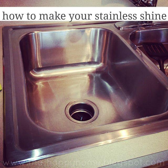 Comment nettoyer un évier inox - Vinaigre {Dans un flacon pulvérisateur} - Bicarbonate de soude - De l'eau très chaude - Goo-Gone - Huile d'olive - Éponge - Papier absorbant ou un chiffon