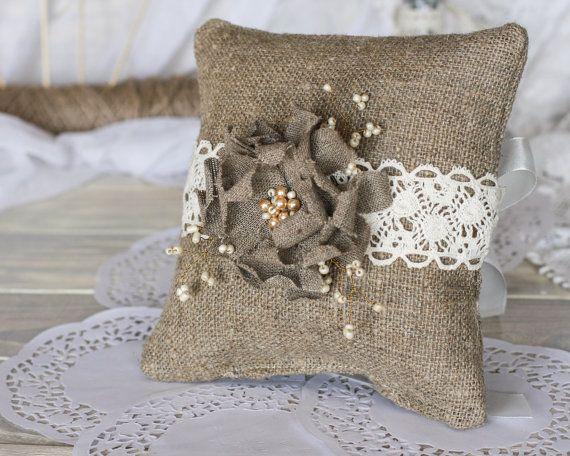 Arpillera boda portador cojín con flores hechas a mano y encaje