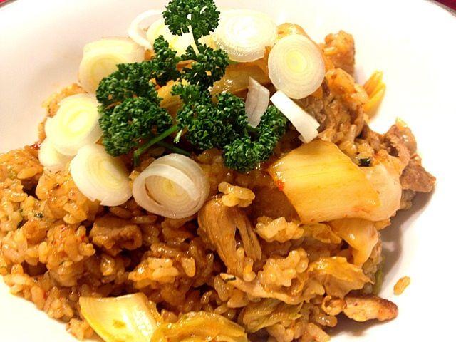 豚肉とキムチの相性は抜群。フライパンで炒めていると香りが食欲をそそります♡ - 18件のもぐもぐ - 豚キムチチャーハン♡ by nanasou
