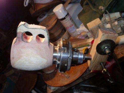 超簡単なカーバーズバイスに装填して仕上げ削り作業です。  カービングナイフやヤスリで粗削りして、この後 サンドペーパーで仕上げ磨きをします。【木工旋盤 専科・Woodturning・ウッドターニング・EBONY BLOG】