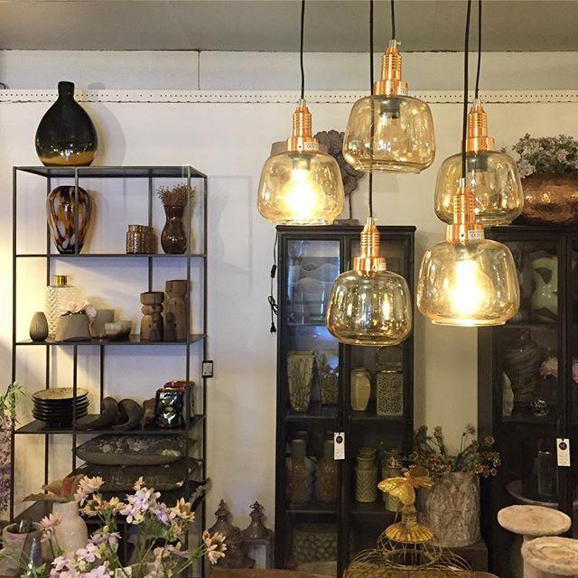 Even een kiekje uit de winkel! Deze hanglampen van PTMD hebben we nieuw binnen! #viacannellacuijk #viacannella #styling #interior #interieur #ptmd #hanglamp #brons #lamp #interieurstyling #stellingkast #interior
