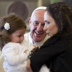 Pape François - Pope Francis - Papa Francesco - Papa Francisco - Bergoglio con la figlia e la nipote del presidente di Malta