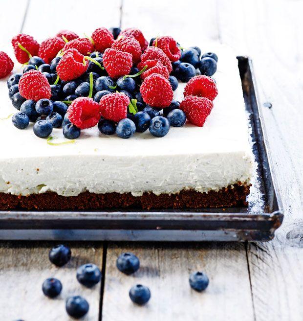 En skøn cheesecake, der ikke skal bages, men bare nydes i fulde drag. Brug de bær, du bedst kan lide, og brug gerne mange af dem.
