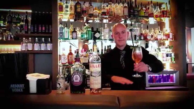 Harry Schmitt zaubert Cocktails in der IMLAUER Sky - Bar.