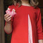 Birdy Jurk stof - De holle plooi of springplooi in het voorpand van dit jurkje is een echte blikvanger, die je door een ander stofje te gebruiken extra in de verf kunt zetten. We selecteerden voor jullie een stevige rode tricot en combineerden het met een lichtroze katoenen stofje van Atelier Brunette. - La Maison Victor