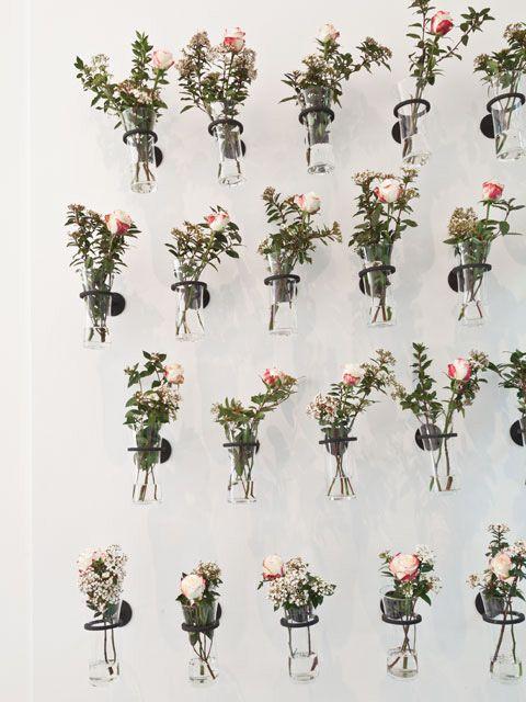 Flores Pasión: intervención de Silvana Grosso en el pasillo que da al jardín de Casa Cavia. Se trata de cuatro líneas de floreros en soportes de hierro.