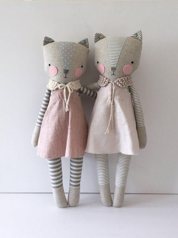 Luckyjuju poupées sont faits à la main de surtout tissus nouveaux et parfois vintage, feutre, dentelle, ruban, fil et polyfill farce. Le visage est brodée de soie à la main. Chaque poupée est unique et fait à la main par moi avec soin et amour.  Ce chaton doux est livré avec une robe amovible et une main tricot shawl.* ** environ 18 de haut, y compris les oreilles, que cette liste est pour le chat à gauche seulement.  Enfants moins 3 ne doivent pas être laissés sans surveillance quand kitty…