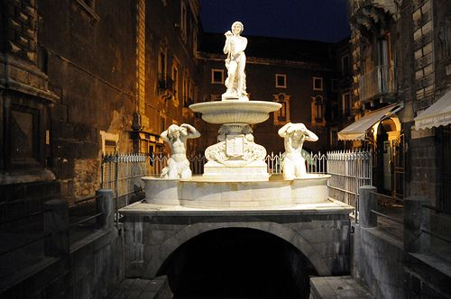 Catania  Fontana dell'Amenano (Acqua a linzolu)