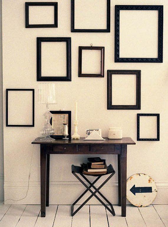 Decorar una pared con marcos vacíos http://www.icono-interiorismo.blogspot.com.es/2015/02/decorar-una-pared-con-marcos-vacios.html