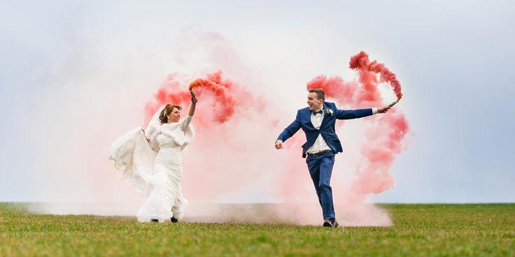 Mit buntem Rauch, erzeugt durch eine Smoke Bomb, peppt ihr eure Hochzeitsfotos richtig toll auf! Ein cooler Trend für's Paarshooting im Freien.
