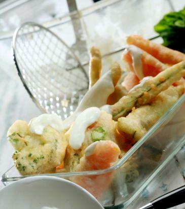 Λαχανικά σε κουρκούτι μπίρας με σάλτσα από γιαούρτι και δυόσμο | Γιάννης Λουκάκος