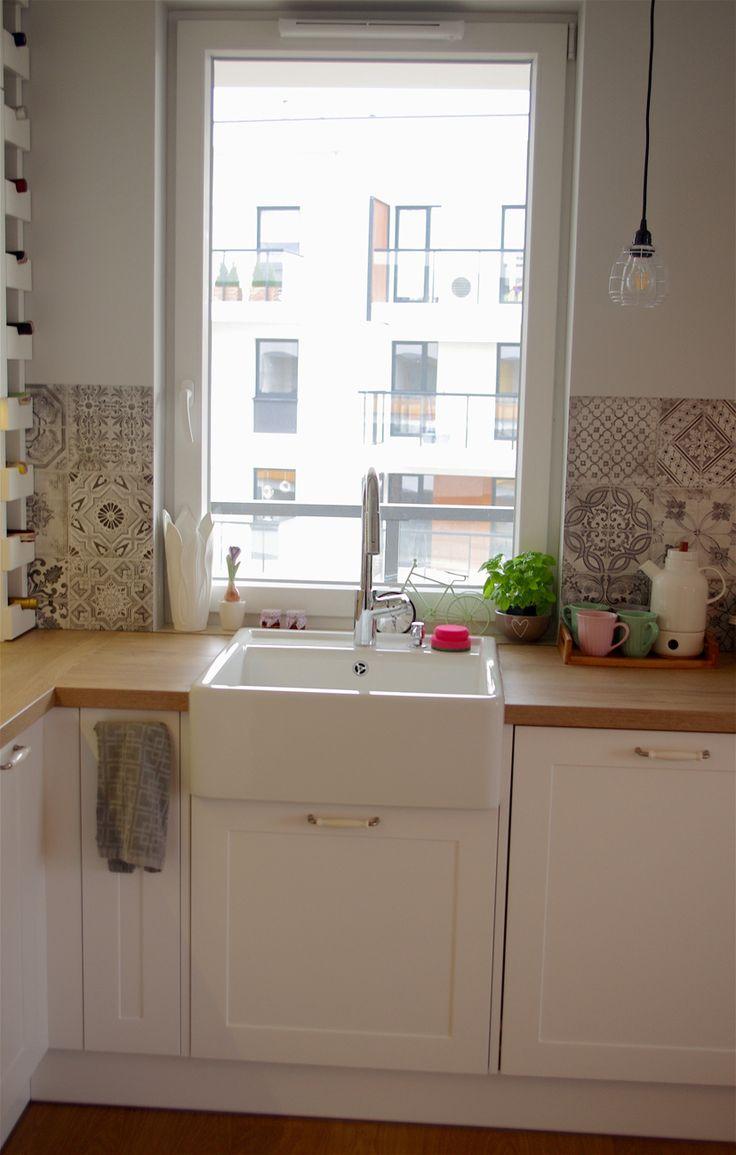 Białe szafki i zlew w eleganckiej kuchni