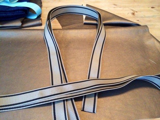 Vesken min skal jeg sy et skai-aktig, kobberfarget stoff, med et kraftig møbelbånd til hanker. Jeg fant det på Stoff & Stil.DIY, veske, bag