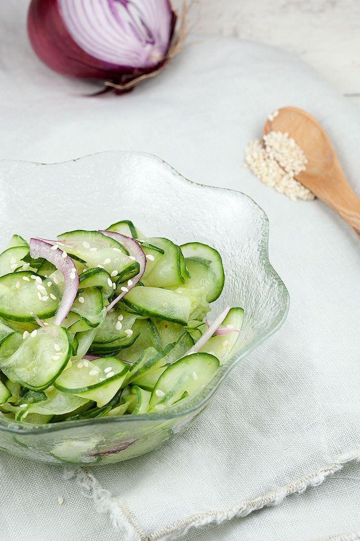 Komkommersalade met rode ui.