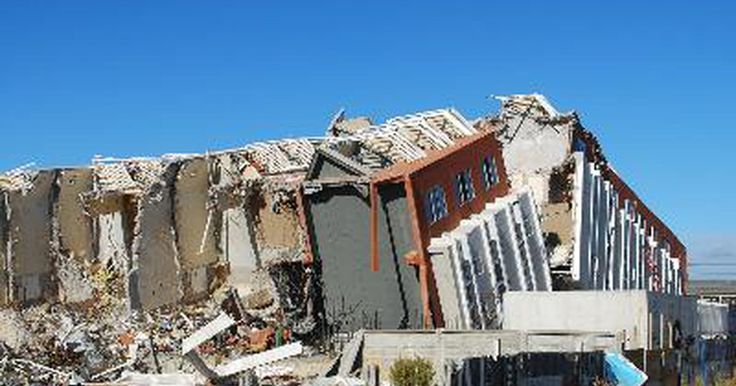 Cómo ubicar el epicentro de un temblor. Cómo ubicar el epicentro de un temblor. Todos hemos oído sobre los temblores en las noticias. Y siempre se da a conocer el epicentro del temblor. Sin embargo, si alguna vez te has preguntado cómo encuentran los investigadores el epicentro de un temblor, existen algunos pasos sencillos que todo mundo puede seguir para ubicarlo.
