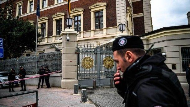 Polizisten vor dem deutschen Generalkonsulat in Istanbul