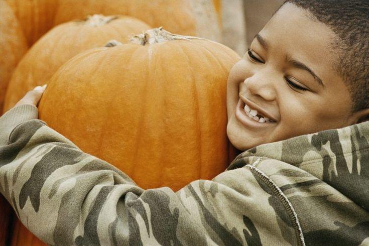 Juegos infantiles para un festival de otoño. Muchos niños ansían los festivales de otoño, sus juegos y premios. Si estás planeando una fiesta de barrio, un festival de dulce o travesura de Halloween o una fiesta de la empresa para las familias de los empleados, querrás crear uno en el que todo el ...