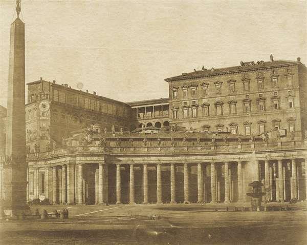 1850 circa calotipista non identificato . Piazza San Pietro- vista laterale verso il cortile di S. Damaso.