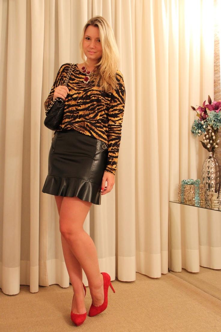 Blusa basic tigre + saia de couro manô ♥