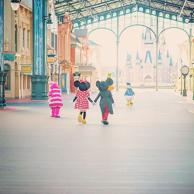 The beginning of a perfect day! 今日も楽しい一日がはじまりそうだね♪  #worldbazaar #tokyodisneyland #tokyodisneyresort #うしろ姿 #一日のはじまり #手をつなぐ #東京ディズニーランド #東京ディズニーリゾート