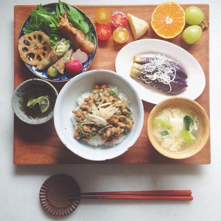 「 Today's breakfast. . おはようございます 納豆ごはんにマーラー茄子 えのきとオクラの肉巻き、 サクサクれんこん 豆腐と小松菜の卵とじスープ もずく、ミニトマトにチーズに果物 . 今朝はお腹が空いてたんです! な朝ごはん 今日も良い日になりますように☺︎ 」