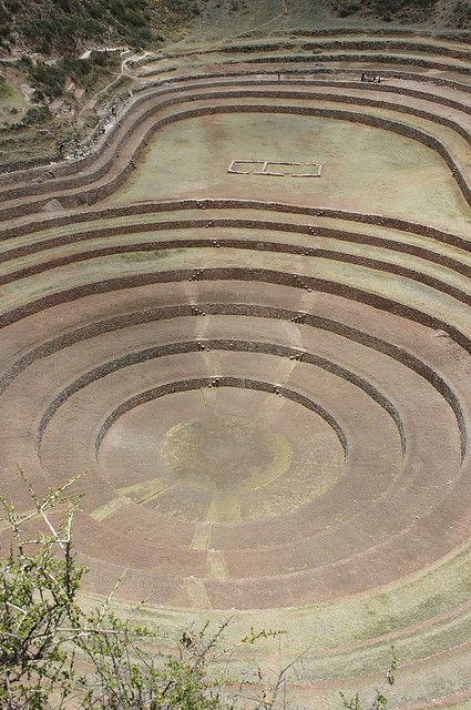 Uno Inca Pagan Terraza en un círculo cráter natural de la Tierra. Ruinas Incas en Moray, Perú - terrazas circulares de piedra que se construyeron en los cráteres naturales existentes en la tierra. Ellos fueron construidos originalmente en los tiempos pre-incas, tal vez ya en 1000 AD.