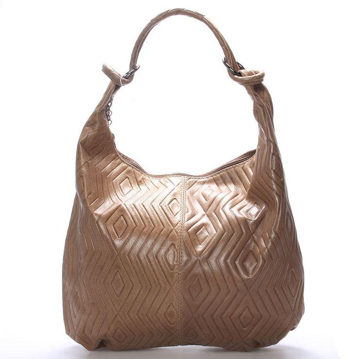 #ItalY #Amadea Tmavě béžová až camel elegantní kožená kabelka ItalY. Měkká kůže ve tvaru vaku se lehce přizpůsobí vašemu nošení. Kabelka pojme všechny každodenní potřebné věci a zbude místo i na malý nákup. Hodí se ke všem typům oblečení. Zapíná se zipem přes celou délku, uvnitř je jedna postranní kapsička na zip.
