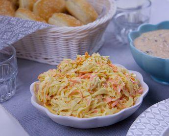 En krämig coleslaw gjord på vitkål och majonäs. Ett gott tillbehör till kött, kyckling eller hamburgaren