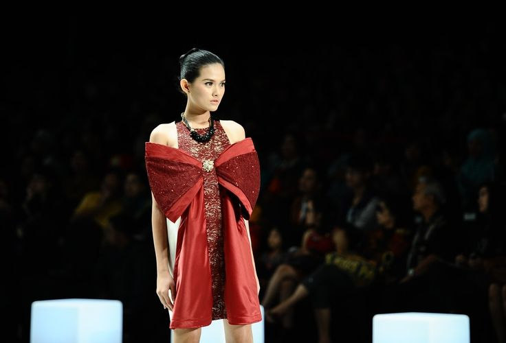 http://www.zimbio.com/pictures/XekggnDd7rY/Indonesia Fashion Week 2014/_nFx6m7YbZy