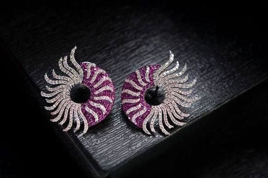The beauty of a woman lies in the way she carries herself, #Savio Jewels enhance it! #Earrings #diamonds #Jaipur #jewellery #buyjewellery