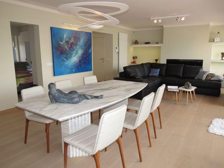 VOLLEDIG VERNIEUWD APPARTEMENT #TeHuur #Knokke Zeer ruim en volledig gerenoveerd luxe appartement met hedendaagse en frisse inrichting. Ingerichte keuken en ruime woonkamer. Drie slaapkamers (dubbele bedden), badkamer, douchekamer & bezoekerstoilet. Zonneterras vooraan met lateraal zeezicht.  http://www.immomv.be/site/default.aspx?pagename=detail&pand=1026