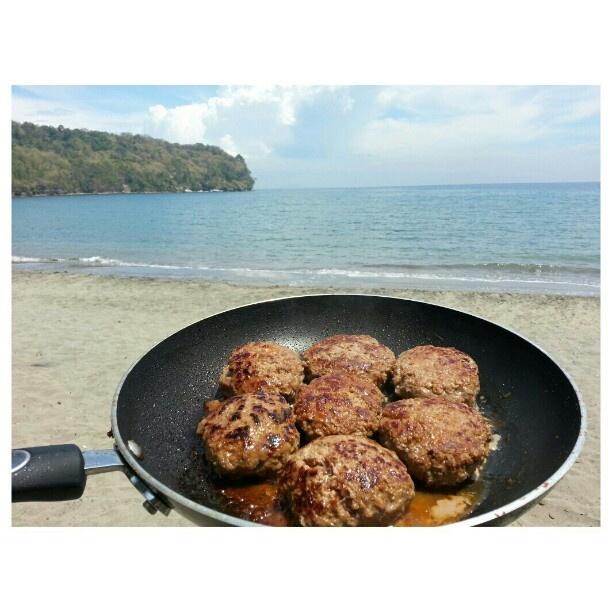 #お昼ごはん は#ビーチ で#ハンバーグ #lunch time :-) #burger at the #beach #swimming#hot#summer#yummy#food#cooking#philippines#海水浴#フィリピン