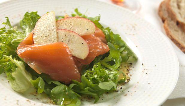 Enkel oppskrift på eplesalat med røykt ørret. Kan serveres som forrett, lunsj eller når du er ute på tur. #fisk #oppskrift
