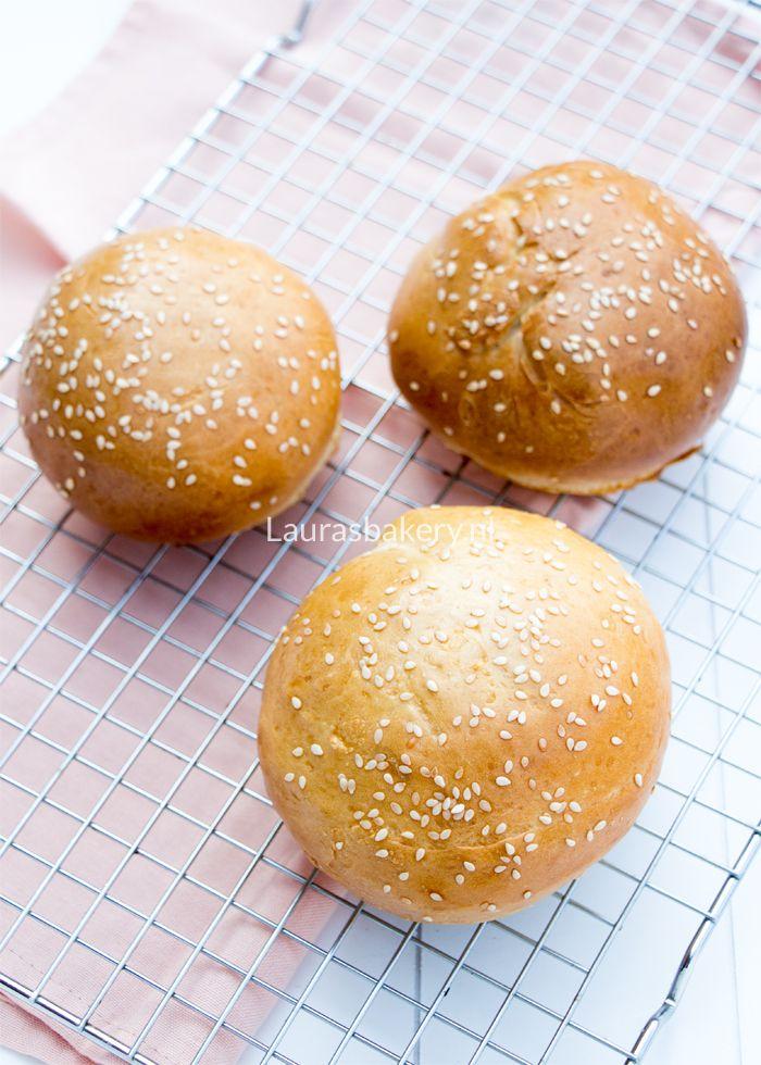 Deze makkelijke hamburgerbroodjes ga je het aankomende barbecueseizoen nodig hebben voor al die lekkere burgers. Nu maken en invriezen is ons advies.